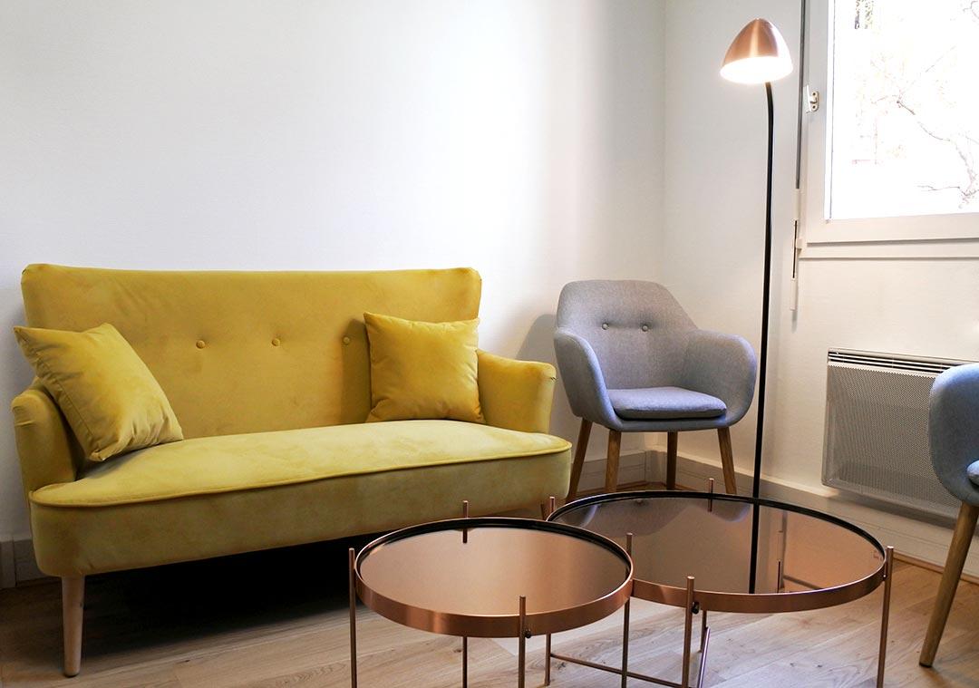 salle d'attente canapé jaune