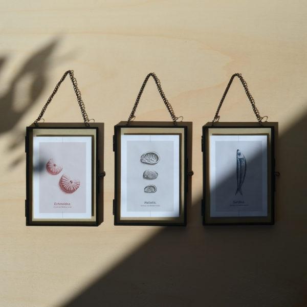 cartes postales dans cadre en métal noir