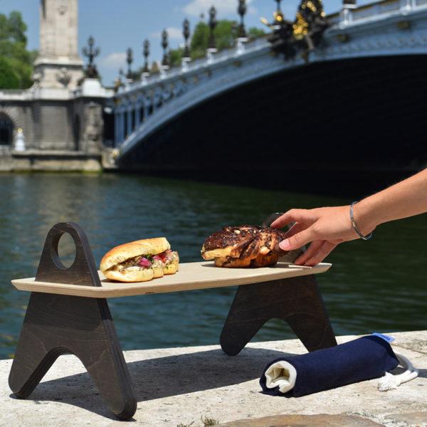 table de pique-nique mezze avec sandwich et babka sur les quais à Paris