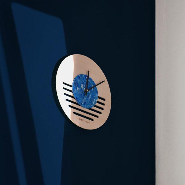horloge mi.di sur mur bleu